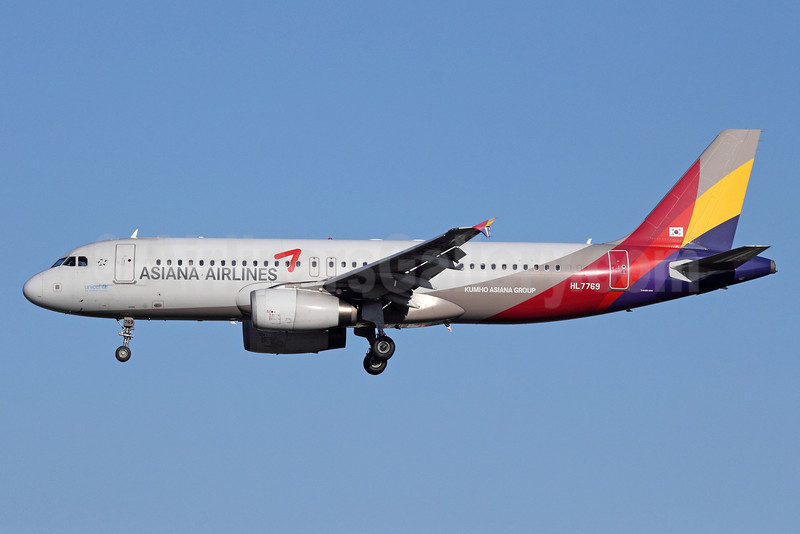 Asiana Airlines Airbus A320-232 HL7769 (msn 3437) PEK (Michael B. Ing). Image: 912839.