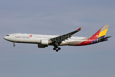 Asiana Airlines Airbus A330-323 HL7747 (msn 803) PEK (Michael B. Ing). Image: 900470.
