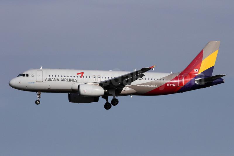 Asiana Airlines Airbus A320-232 HL7788 (msn 3873) PEK (Michael B. Ing). Image: 912841.