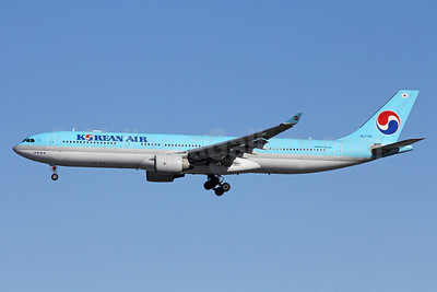 Korean Air Airbus A330-323 HL7720 (msn 550) NRT (Michael B. Ing). Image: 908841.