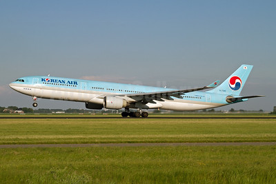Korean Air Airbus A330-323 HL7585 (msn 350) AMS (Rainer Bexten). Image: 912446.
