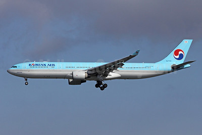Korean Air Airbus A330-323 HL7701 (msn 425) NRT (Michael B. Ing). Image: 908840.
