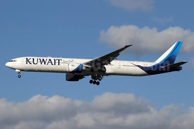Kuwait Airways Boeing 777-300ER 9K-AOJ (msn 62567) LHR (SPA). Image: 940985.