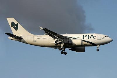 PIA (Pakistan International Airlines) Airbus A310-308 AP-BEQ (msn 656) LHR (David Apps). Image: 901659.