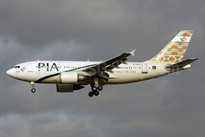 PIA (Pakistan International Airlines) Airbus A310-308 AP-BEU (msn 691) (Gateway to the East) LHR (Antony J. Best). Image: 902188.