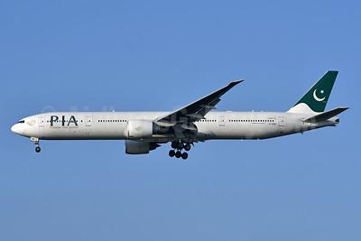 PIA-Pakistan International Airlines Boeing 777-3Q8 ER AP-BMS (msn 35782) LHR (Ken Petersen). Image: 939877.