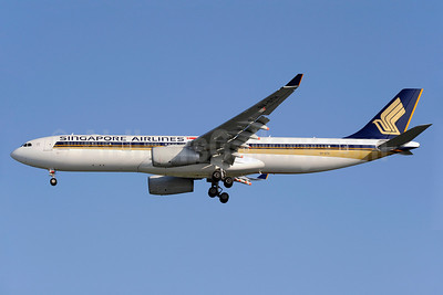 Singapore Airlines Airbus A330-343 9V-STH (msn 1015) SIN (Kenneth Wong). Image: 912974.