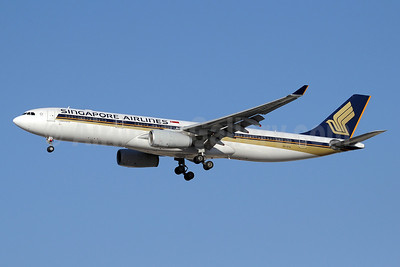 Singapore Airlines Airbus A330-343 9V-STA (msn 978) DXB (Paul Denton). Image: 912972.