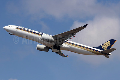 Singapore Airlines Airbus A330-343 9V-SSI (msn 1666) DPS (Michael B. Ing). Image: 955466.