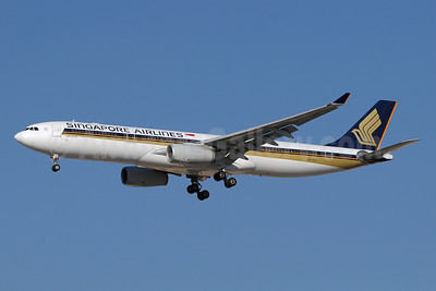 Singapore Airlines Airbus A330-343 9V-STH (msn 1015) DXB (Paul Denton). Image: 912975.