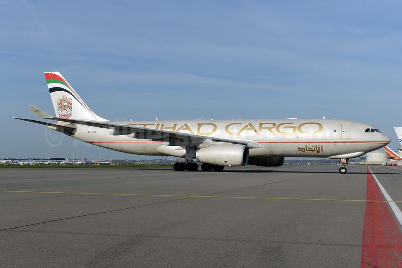 Etihad Cargo (Etihad Airways) Airbus A330-243F A6-DCA (msn 1032) AMS (Ton Jochems). Image: 927749.