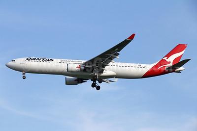 QANTAS Airways Airbus A330-303 VH-QPD (msn 574) BKK (Michael B. Ing). Image: 936244.