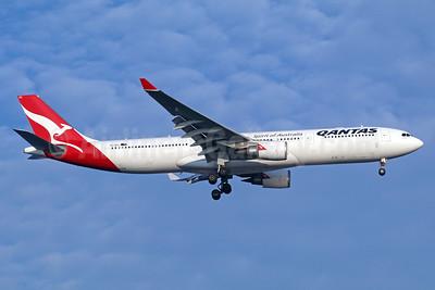 QANTAS Airways Airbus A330-303 VH-QPC (msn 564) BKK (Michael B. Ing). Image: 936243.