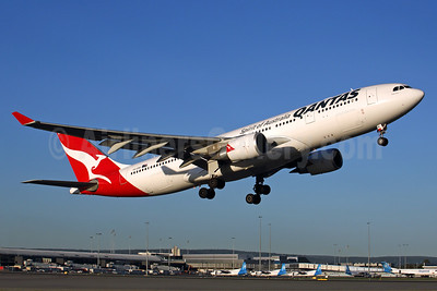 QANTAS Airways Airbus A330-202 VH-EBR (msn 1251) PER (Rob Finlayson). Image: 931608.