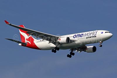 QANTAS Airways Airbus A330-202 VH-EBV (msn 1365) (Oneworld) SIN (Pascal Simon). Image: 945058.
