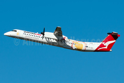 QANTAS Link-Sunstate Airlines Bombardier DHC-8-402 (Q400) VH-QOI (msn 4189) (Destination Tamworth) SYD (Rob Skinkis). Image: 922312.