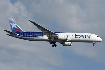 LAN Airlines (Chile) Boeing 787-9 Dreamliner CC-BGD (msn 35322) JFK (Fred Freketic). Image: 933856.