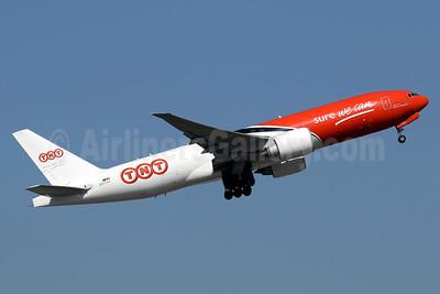 TNT Airways Boeing 777-FHT OO-TSC (msn 37138) HKG (Javier Rodriguez). Image: 936054.