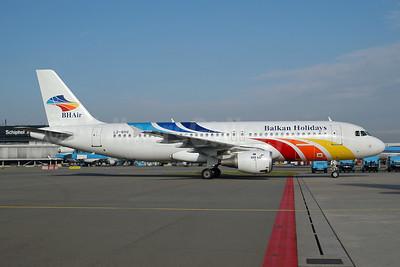 Balkan Holidays Airlines-BH Air Airbus A320-211 LZ-BHC (msn 349) AMS (Ton Jochems). Image: 953318.