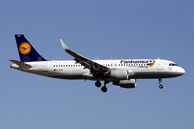 """Lufthansa's only Airbus A320 in the """"Fanhansa"""" livery"""