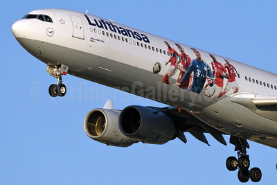 "ufthansa's 2016 ""F.C. Bayern Munchen"" logo jet (left side)"
