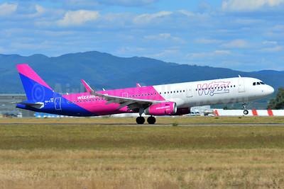Wizz Air (Hungary) Airbus A321-231 WL HA-LTA (msn 8216) BSL (Paul Bannwarth). Image: 943340.