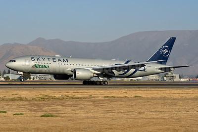 Alitalia (3rd) (Societa Aerea Italiana) Boeing 777-243 ER EI-DDH (msn 32784) (SkyTeam) SCL (Ken Petersen). Image: 938464.