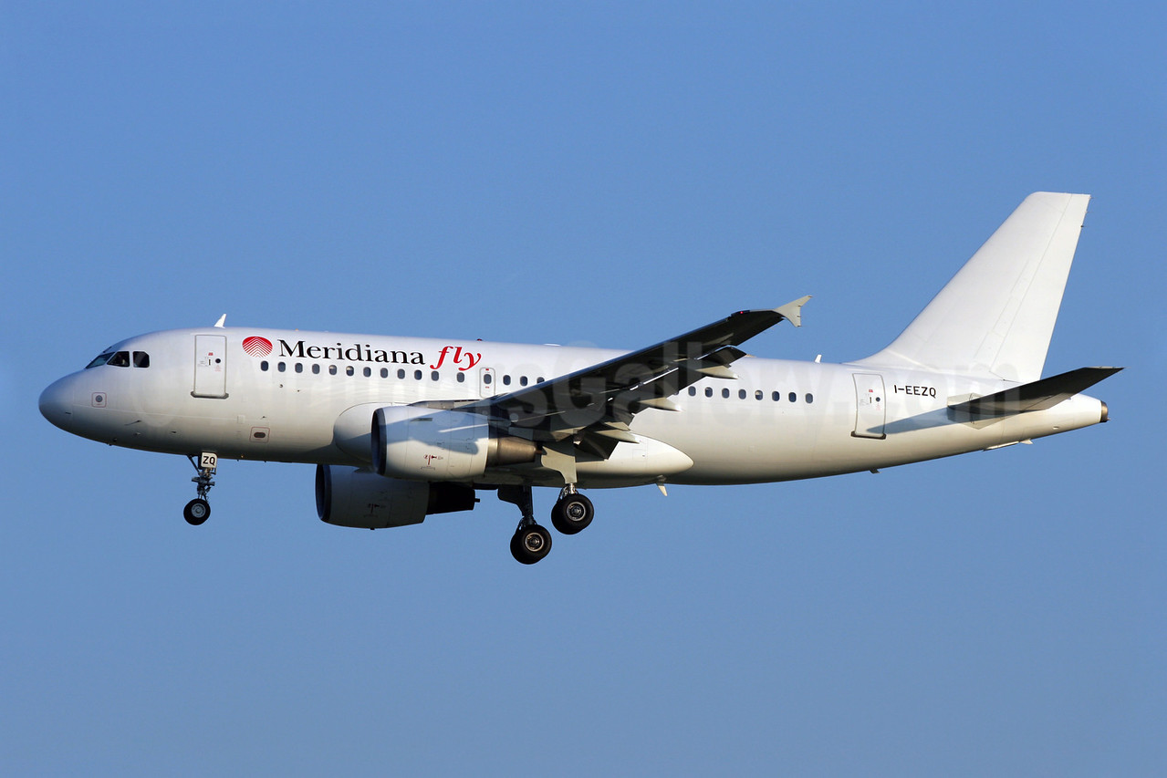 Meridiana fly Airbus A319-112 I-EEZQ (msn 588) LGW (Antony J. Best). Image: 905139.