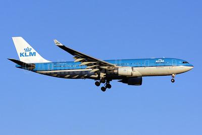 KLM Royal Dutch Airlines Airbus A330-203 PH-AOC (msn 703) IAD (Brian McDonough). Image: 904025.