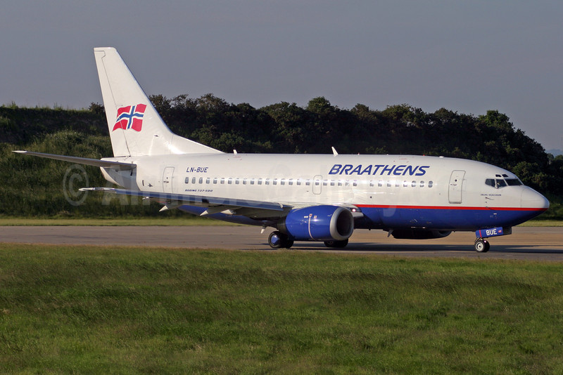 Braathens Boeing 737-505 LN-BUE (msn 27627) LGW (Antony J. Best). Image: 908440.