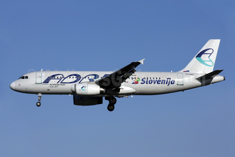 Adria Airways-Afriqiyah Airways Airbus A320-231 S5-AAC (msn 114) (Sloveniya) LGW (Antony J. Best). Image: 901957.