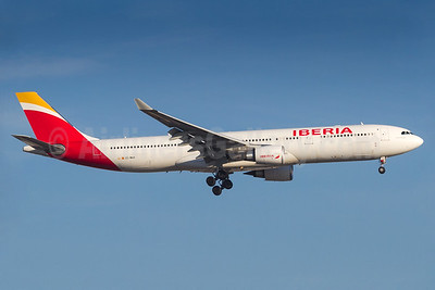 Iberia Airbus A330-302 EC-MAA (msn 1515) GRU (Rodrigo Cozzato). Image: 938093.