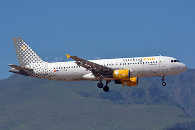 Vueling Airlines (Vueling.com) Airbus A320-214 EC-HHA (msn 1221) LPA (Paul Bannwarth). Image: 927869.
