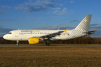 Vueling Airlines (Vueling.com) Airbus A319-112 EC-MKV (msn 3102) ZRH (Rolf Wallner). Image: 937113.