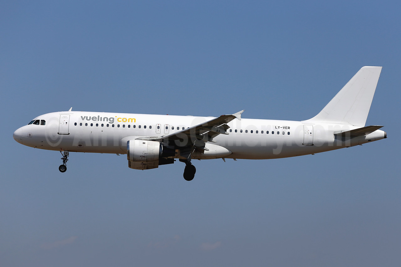 Vueling Airlines (Vueling.com) (Avion Express) Airbus A320-212 LY-VER (msn 409) PMI (Javier Rodriguez). Image: 924311.