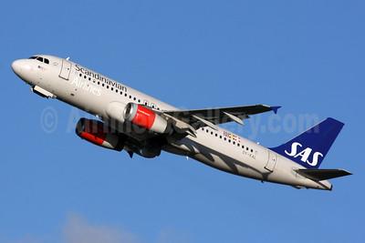 Scandinavian Airlines-SAS Airbus A320-232 OY-KAL (msn 2883) LHR (SPA). Image: 931206.