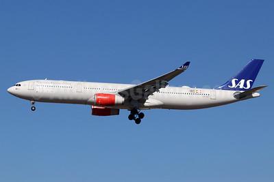 Scandinavian Airlines-SAS Airbus A330-343 LN-RKT (msn 1697) LAX (Michael B. Ing). Image: 948455.