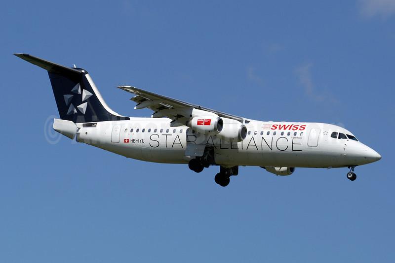 Swiss European Air Lines BAe RJ100 HB-IYU (msn E3379) (Star Alliance) ZRH (Paul Denton). Image: 910215.