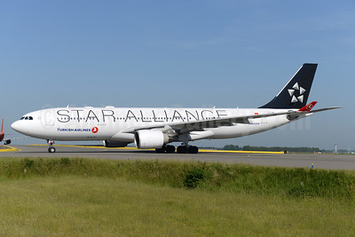 Turkish Airlines Airbus A330-223 TC-LNB (msn 939) (Star Alliance) AMS (Ton Jochems). Image: 935630.