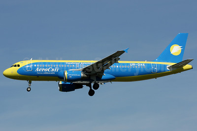 AeroSvit Ukrainian Airlines Airbus A320-211 UR-DAE (msn 235) LGW (Antony J. Best). Image: 906239.