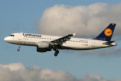 Lufthansa Airbus A320-214 D-AIZN (msn 5425) LHR (SPA). Image: 933343.