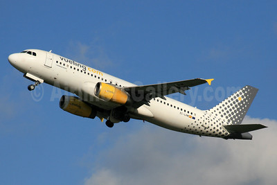 Vueling Airlines (Vueling.com) Airbus A320-232 EC-LRM (msn 1349) LHR (SPA). Image: 933788.