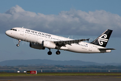 Air New Zealand Airbus A320-232 ZK-OJQ (msn 4584) AKL (Colin Hunter). Image: 912462.