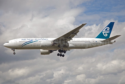 Air New Zealand Boeing 777-219 ER ZK-OKE (msn 32712) LHR (Bruce Drum). Image: 104470.