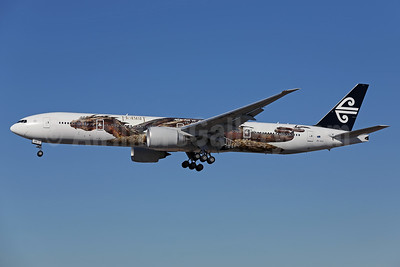 Air New Zealand Boeing 777-319 ER ZK-OKO (msn 38407) (Hobbit - Smaug) LAX (James Helbock). Image: 921693.