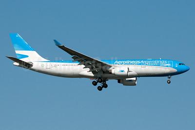 Aerolineas Argentinas Airbus A330-223 LV-FNJ (msn 300) JFK (Fred Freketic). Image: 935537.