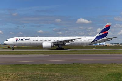 LATAM Airlines (Brazil) Boeing 777-32W ER PT-MUE (msn 38886) AMS (Ton Jochems). Image: 950078.