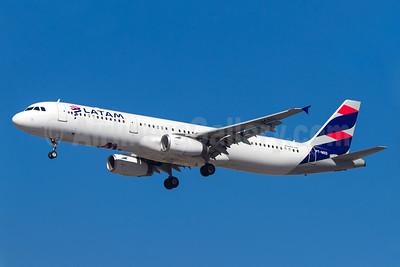 LATAM Airlines (Brazil) Airbus A321-231 PT-MXD (msn 3761) GRU (Rodrigo Cozzato). Image: 938771.