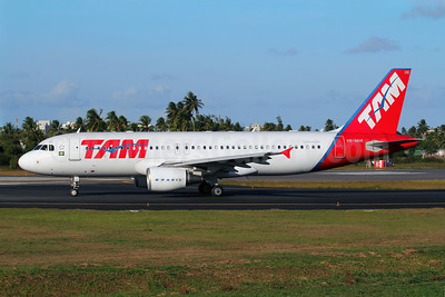TAM Brasil (TAM Linhas Aereas) Airbus A320-214 PR-MHK (msn 3058) SSA (Marcelo F. De Biasi). Image: 907735.