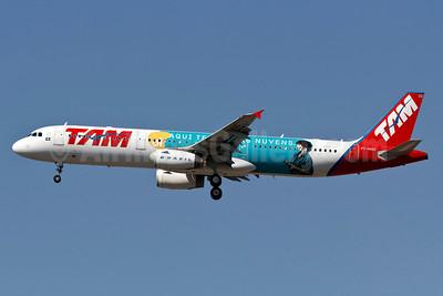 TAM Brasil (TAM Linhas Aereas) Airbus A321-231 PT-MXD (msn 3761) (Aqui tem Ol nas Nuvens - Here's OI in the Clouds) GRU (Rodrigo Cozzato). Image: 909078.